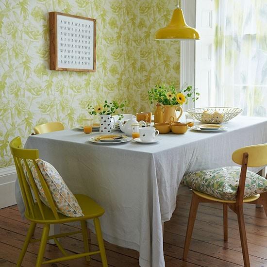 Žltá retro jedáleň s florálnou tapetou.