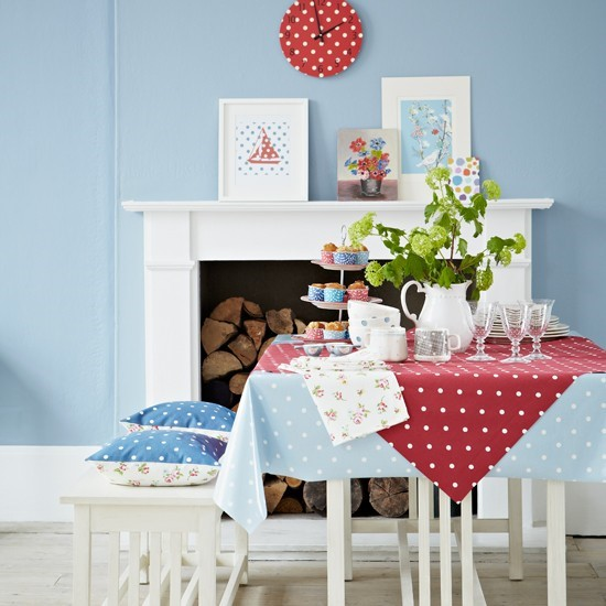 Hravá, neformálna jedáleň, v ktorej dominujú modrá a červená farba.