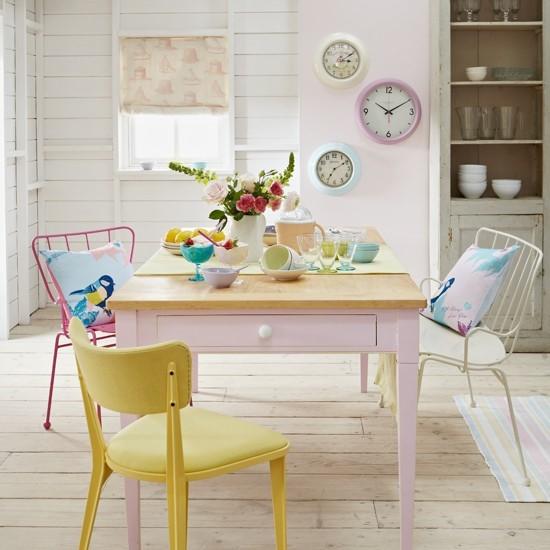 Retro jedáleň v pastelových farbách.