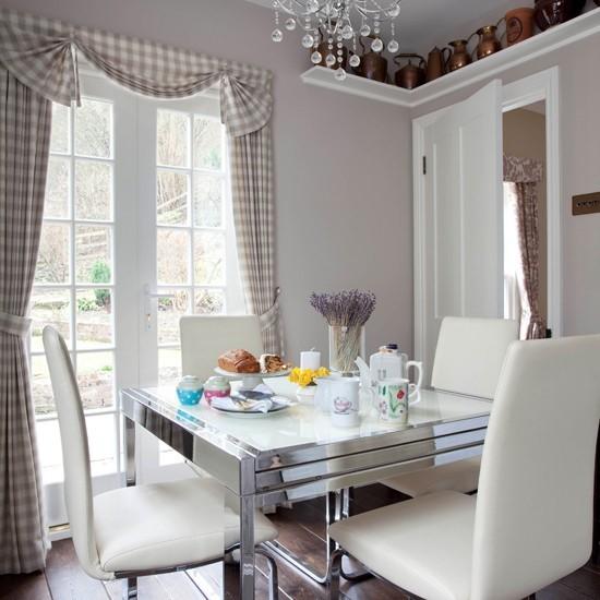 Tradičná jedáleň v šedých odtieňoch nesie prvky vidieckeho štýlu.