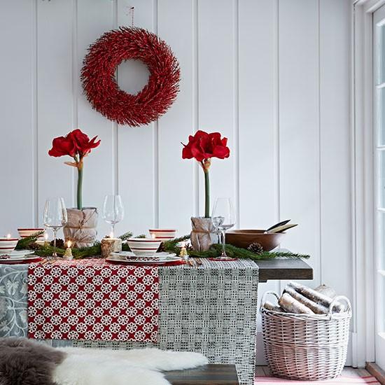 cerveno biele aranzma v skandinavskom style