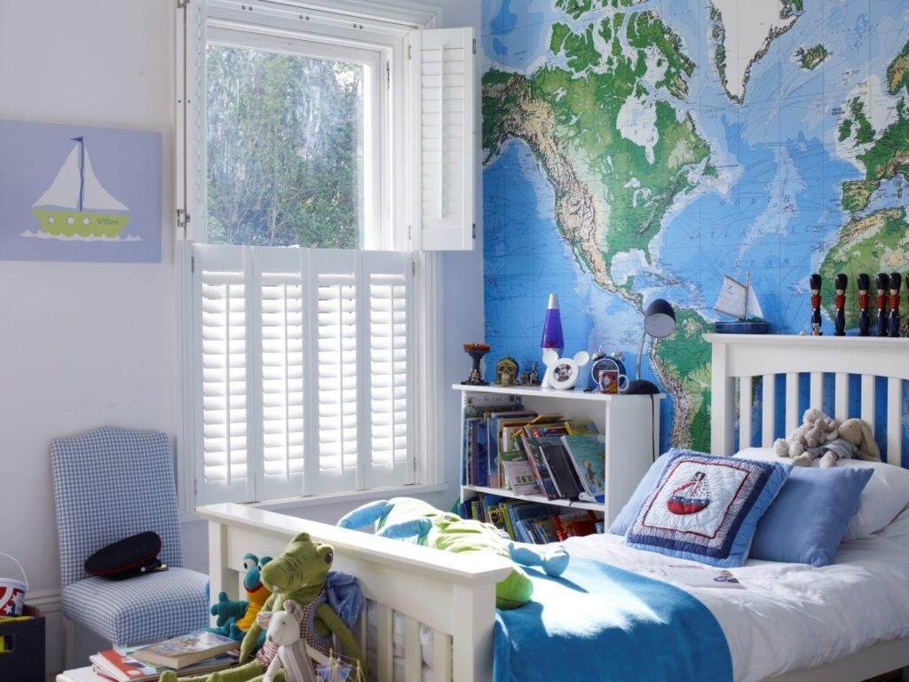 Chlapcenska izba s mapou