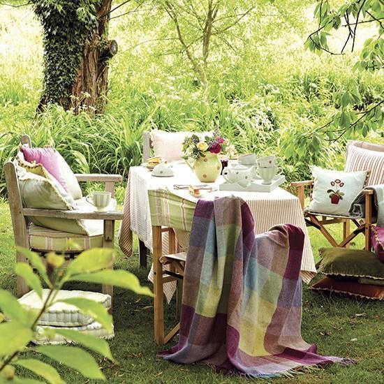 Vidiecka zahrada s posedenim